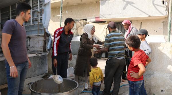 Approvvigionamento di pasti caldi per gli sfollati di Ghouta Est