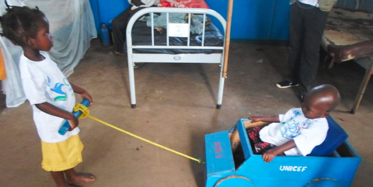 Kit ricreativi per la riabilitazione di bambini malnutriti